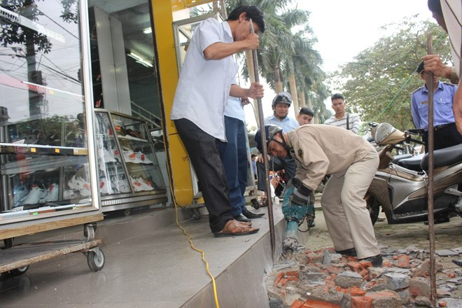 Nhà mặt phố ở Hà Tĩnh ủng hộ dọn dẹp vỉa hè - Ảnh 3.