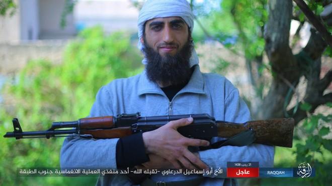IS giãy giụa ở Raqqa, điên cuồng đánh bom tự sát - Ảnh 3.