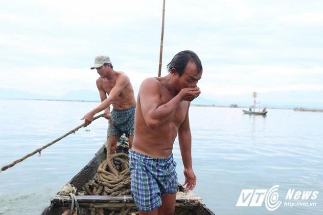 Ly kỳ nghề đi tủ ngâm mình dưới nước 'săn' loài cá tiến vua ngon nức tiếng - Ảnh 2.