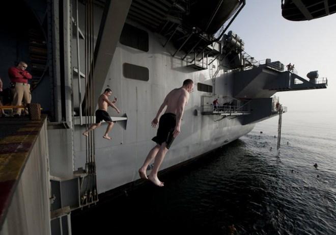 Được nghỉ, lính Mỹ tung tăng bơi lội cạnh tàu chiến - Ảnh 4.