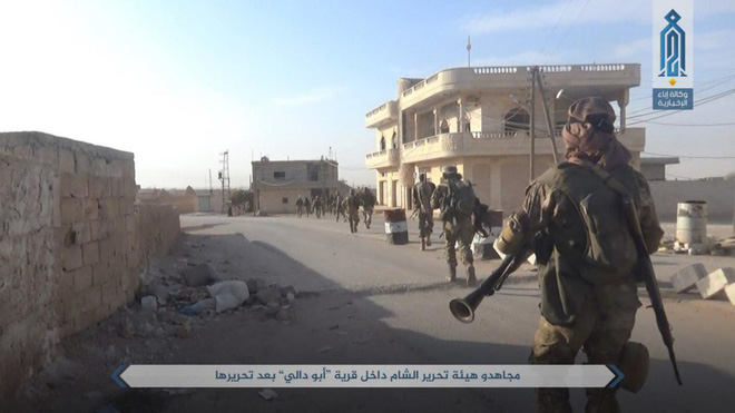 NÓNG: QĐ Syria tháo chạy ở bắc Hama, khủng bố bắt sống 1 xe tăng T-72 và 2 xe chiến đấu - Ảnh 3.