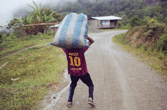 Biếm họa Messi cõng cả tuyển Argentina trên lưng - Ảnh 2.