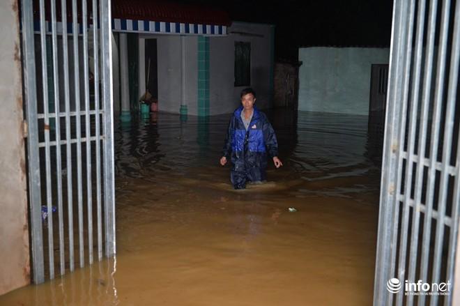 Hà Nội: Nước ngập lút nhà, dân trắng đêm sơ tán tài sản  - Ảnh 3.