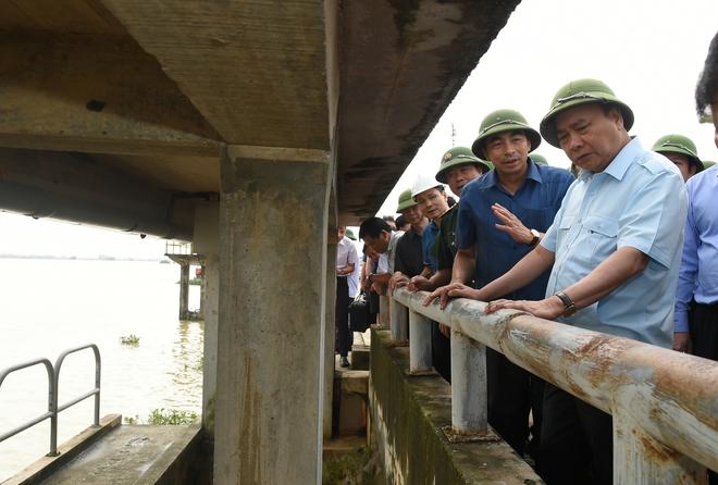 Hủy mọi cuộc họp, Thủ tướng đi thị sát, chỉ đạo hộ đê tại Ninh Bình - Ảnh 2.