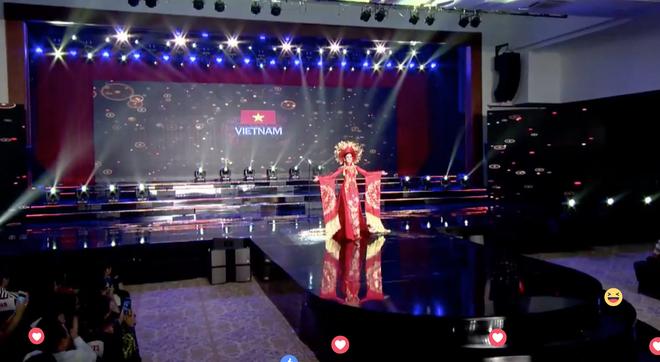 Clip: Huyền My mặc quốc phục hoành tráng, tỏa sáng trên sân khấu Miss Grand International 2017 - Ảnh 3.