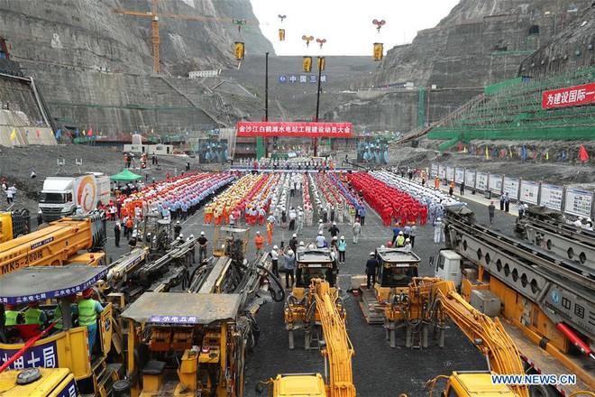 Cận cảnh xả lũ ở đập thủy điện lớn nhất thế giới mạnh ngang 15 lò phản ứng hạt nhân - Ảnh 8.
