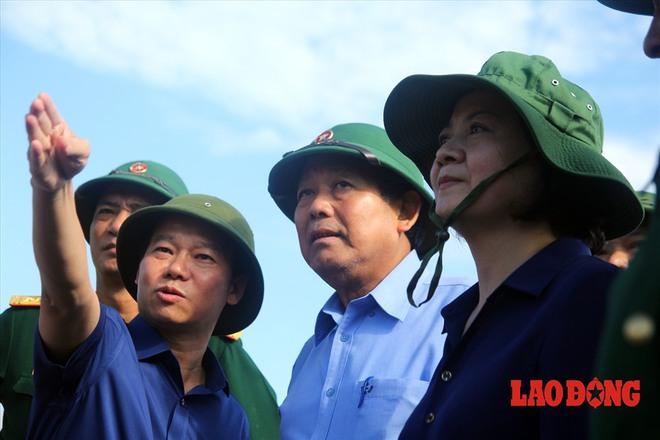 Hình ảnh xúc động: Phó Thủ tướng Trương Hòa Bình thắp hương cho nạn nhân bị lũ cuốn bên dòng suối Thia - Ảnh 3.
