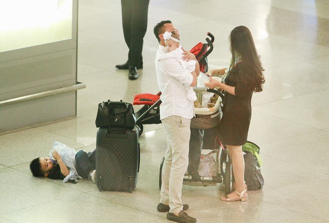 Vy Oanh lần đầu công khai lộ diện với ông xã, cả gia đình cùng trở về từ Mỹ thăm mẹ ốm nặng - Ảnh 3.