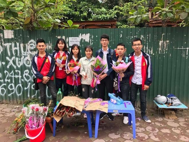 Thực hư chuyện nữ sinh ĐH Công nghiệp ôm bảng 10.000 đồng một lần ôm, tặng thêm hoa ngày 20/10 - Ảnh 3.