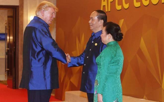 Áo tơ tằm Tổng thống Trump và lãnh đạo APEC mặc dự tiệc có gì đặc biệt - Ảnh 3.