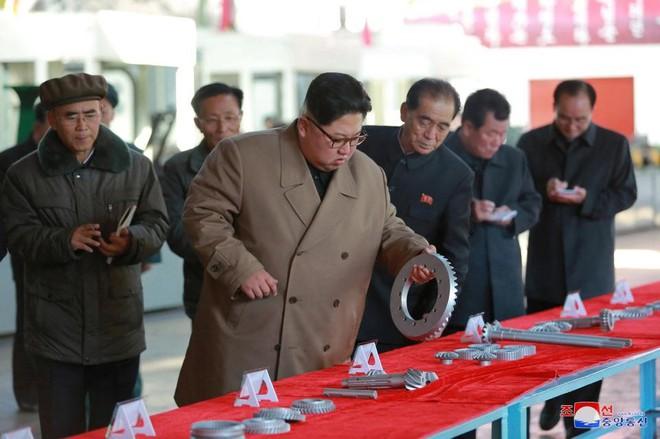 Ảnh độc: Ông Kim Jong-un tươi cười lái ngựa thép - ảnh 3