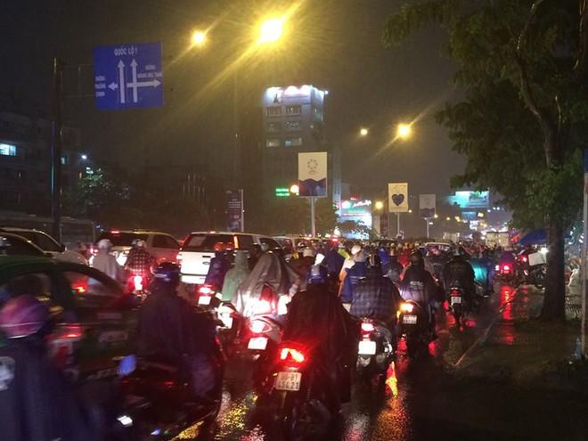 Người Sài Gòn chật vật về nhà sau cơn mưa tan tầm - Ảnh 3.