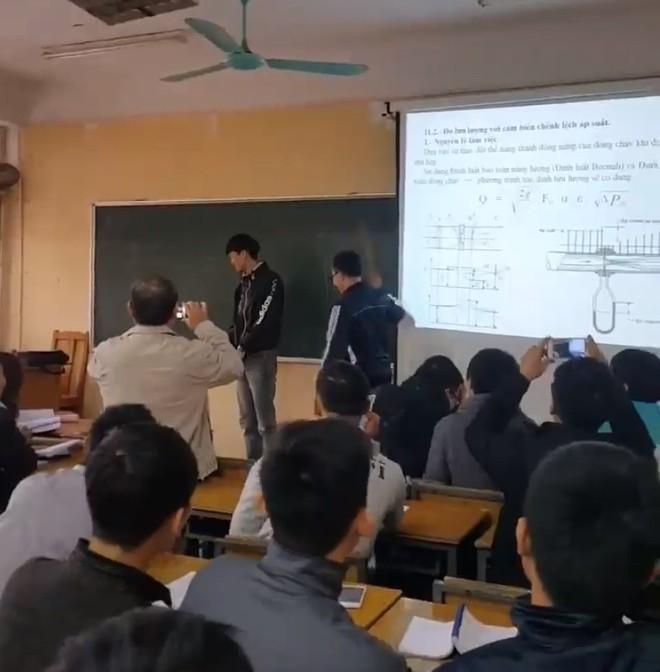 Sinh viên ĐH Xây dựng ăn roi trước lớp, thầy giáo quay lại clip cho nhớ đời! - Ảnh 4.