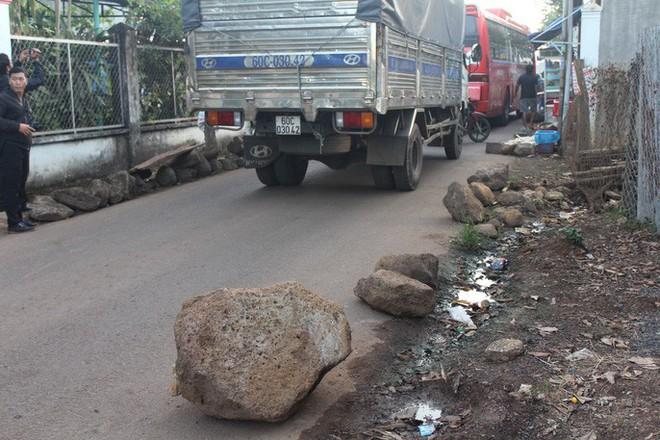 Xe né trạm BOT Biên Hòa, kẹt xe kinh khủng trong đường làng - Ảnh 2.