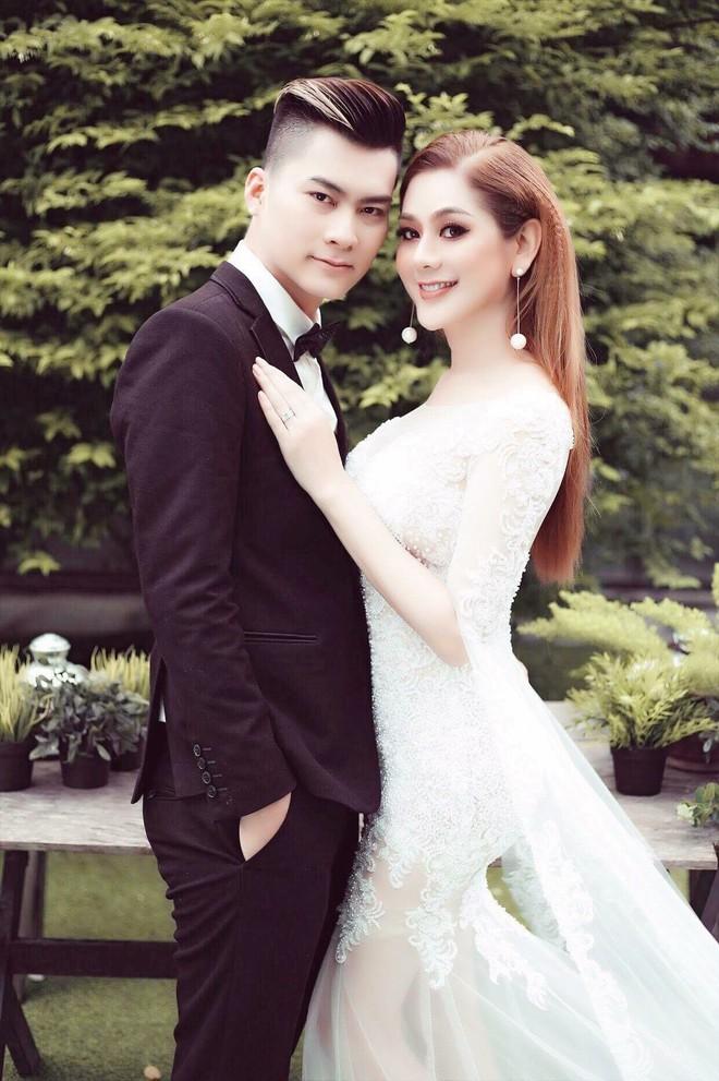 Thiệp mời hé lộ thời gian và địa điểm tổ chức đám cưới của Lâm Khánh Chi và chồng trẻ kém 8 tuổi - Ảnh 3.