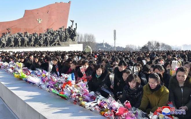 Ngày giỗ cha, Chủ tịch Kim Jong-un thề tiếp tục chiến đấu không nao núng   - Ảnh 3.
