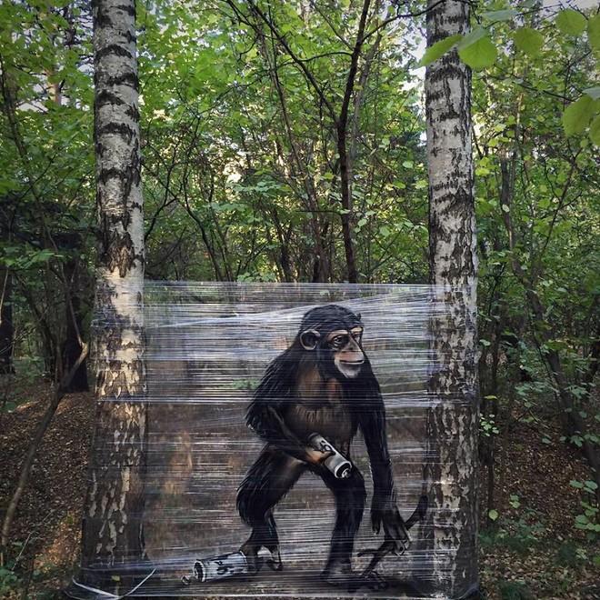 Cuốn nilon vào thân cây rồi vẽ vời, chàng họa sĩ đã làm nên tuyệt tác 3D sống động trong rừng - Ảnh 3.