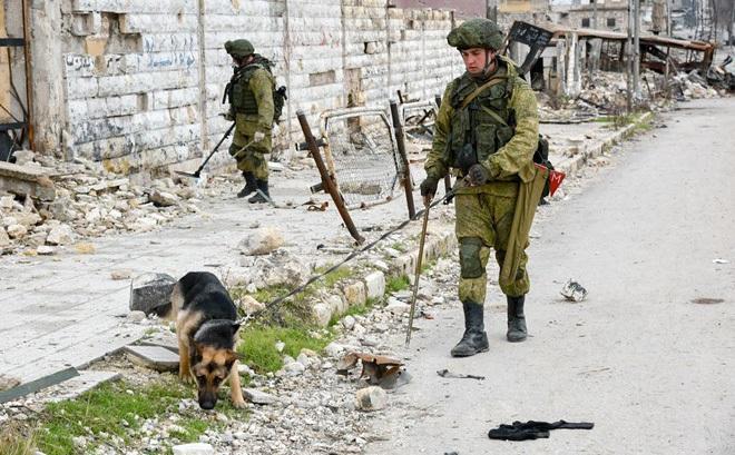 Lính Nga vật lộn với bom mìn chưa nổ ở Aleppo