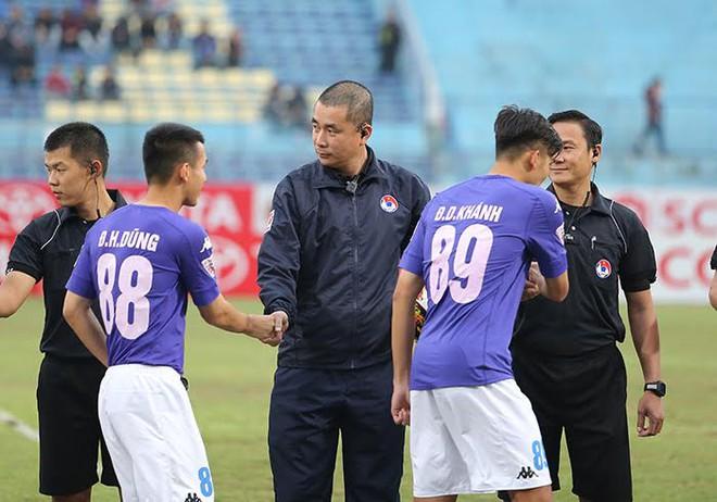 Mặc kệ dư luận, trọng tài Thư đủng đỉnh ngồi bàn sân Hàng Đẫy - Ảnh 3.