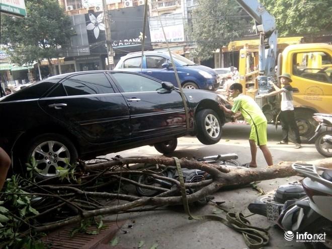 Camry đâm Lexus gây tai nạn liên hoàn, 1 phụ nữ bị cuốn vào gầm - Ảnh 3.