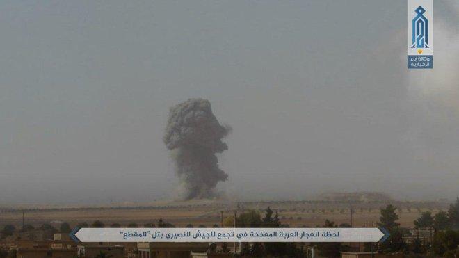 NÓNG: QĐ Syria tháo chạy ở bắc Hama, khủng bố bắt sống 1 xe tăng T-72 và 2 xe chiến đấu - Ảnh 4.