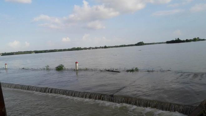 Hình ảnh nước ngập trắng vùng sau sự cố vỡ đê ở Hà Nội - Ảnh 4.