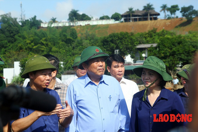 Hình ảnh xúc động: Phó Thủ tướng Trương Hòa Bình thắp hương cho nạn nhân bị lũ cuốn bên dòng suối Thia - Ảnh 4.