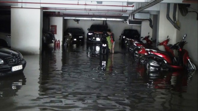 Nước nhấn chìm cả trăm xe máy, ô tô trong chung cư - Ảnh 4.