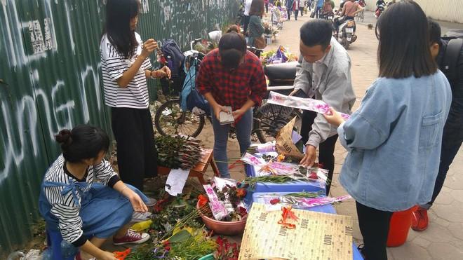 Thực hư chuyện nữ sinh ĐH Công nghiệp ôm bảng 10.000 đồng một lần ôm, tặng thêm hoa ngày 20/10 - Ảnh 4.