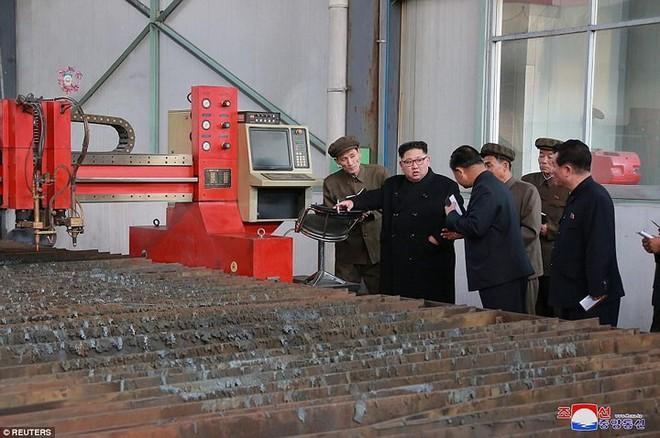 Ảnh độc: Ông Kim Jong-un tươi cười lái ngựa thép - ảnh 4