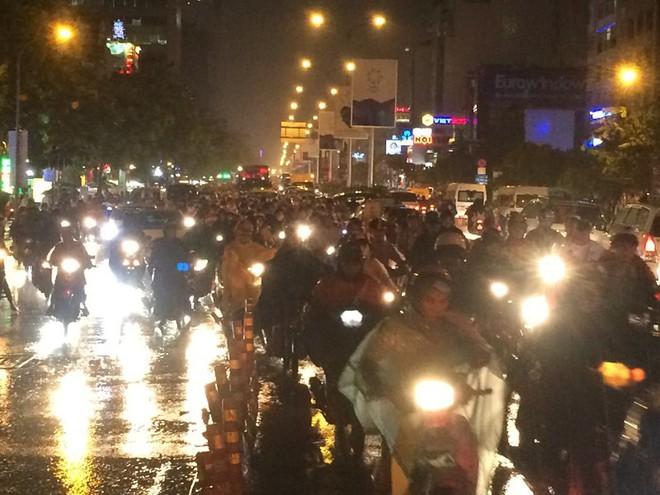 Người Sài Gòn chật vật về nhà sau cơn mưa tan tầm - Ảnh 4.
