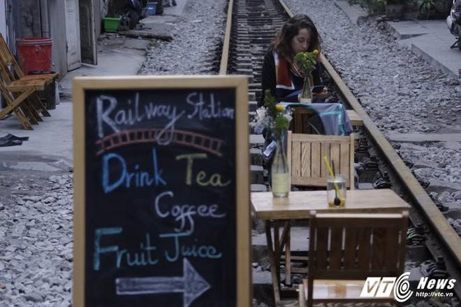 Ảnh: Khách nước ngoài thích thú ngồi uống cà phê trên đường ray tàu hỏa ở Hà Nội - Ảnh 4.
