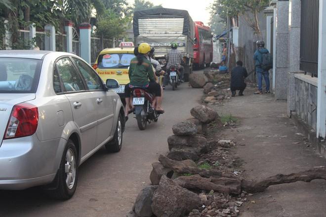 Xe né trạm BOT Biên Hòa, kẹt xe kinh khủng trong đường làng - Ảnh 3.