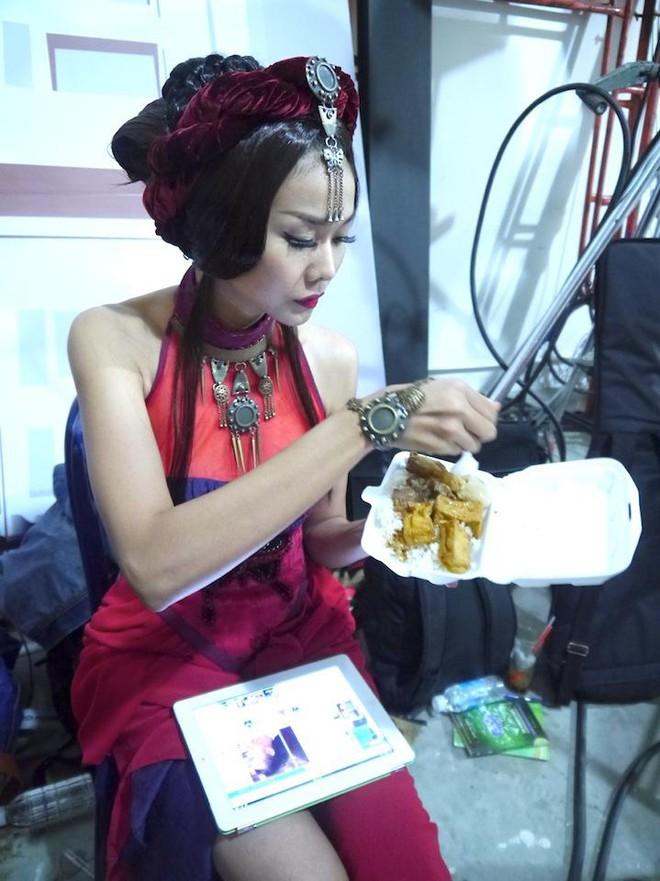 Những bữa ăn đạm bạc và tạm bợ của siêu mẫu Thanh Hằng sau hào quang - Ảnh 5.