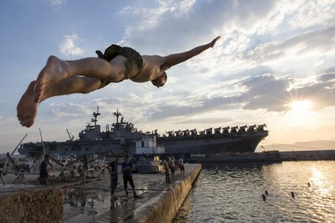 Được nghỉ, lính Mỹ tung tăng bơi lội cạnh tàu chiến - Ảnh 6.