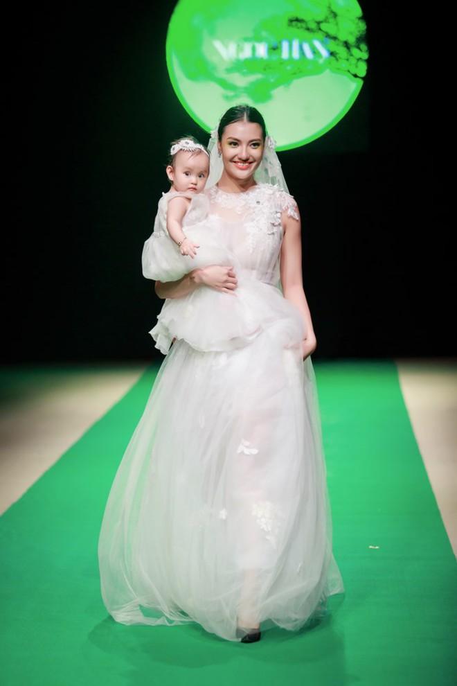 Mẹ con Hồng Quế làm vedette đêm mở màn Tuần lễ thời trang VN 2018 - Ảnh 5.