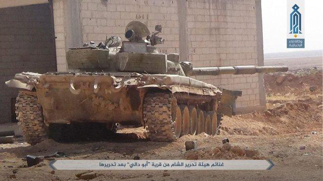 NÓNG: QĐ Syria tháo chạy ở bắc Hama, khủng bố bắt sống 1 xe tăng T-72 và 2 xe chiến đấu - Ảnh 5.