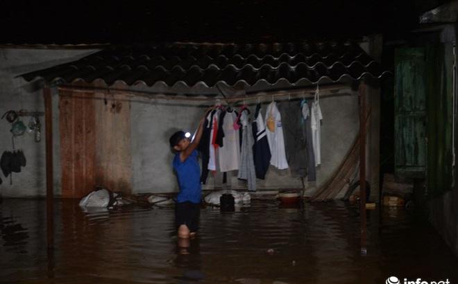 Hà Nội: Nước ngập lút nhà, dân trắng đêm sơ tán tài sản
