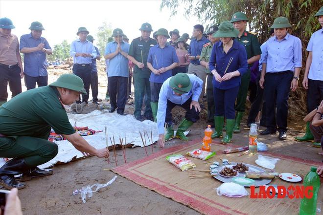 Hình ảnh xúc động: Phó Thủ tướng Trương Hòa Bình thắp hương cho nạn nhân bị lũ cuốn bên dòng suối Thia - Ảnh 5.