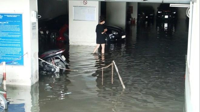 Nước nhấn chìm cả trăm xe máy, ô tô trong chung cư - Ảnh 5.