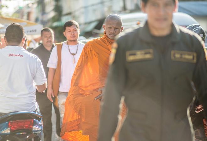 Thánh Muay Thái Buakaw quét chùa, đi khất thực được cảnh sát hộ tống - Ảnh 5.