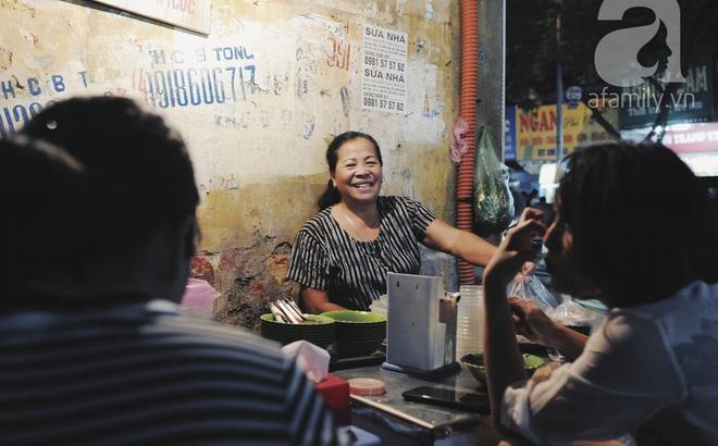 """Quán bánh bột lọc 30 năm tuổi phố Ngọc Lâm, quán vỉa hè, mở hàng giờ """"dị"""" mà vẫn nườm nượp khách"""