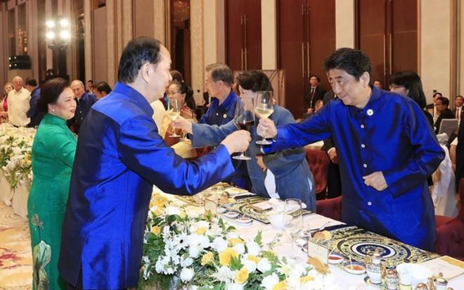 Áo tơ tằm Tổng thống Trump và lãnh đạo APEC mặc dự tiệc có gì đặc biệt - Ảnh 5.