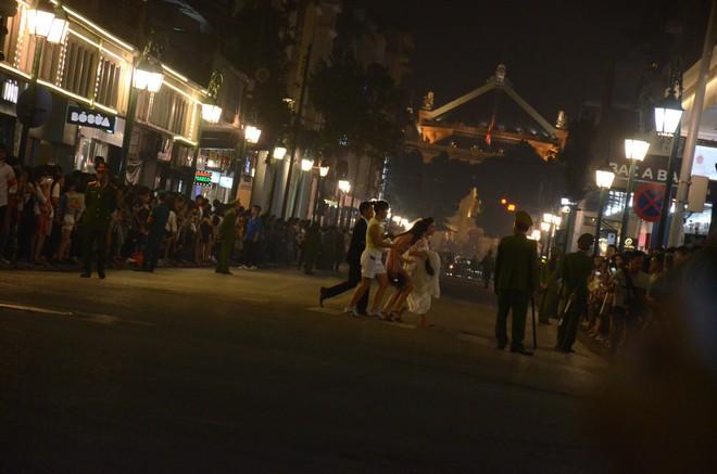 Nhiều cô dâu, chú rể bỏ chụp ảnh cưới để xem đoàn xe Tổng thống Donald Trump chạy trên phố Hà Nội - Ảnh 5.
