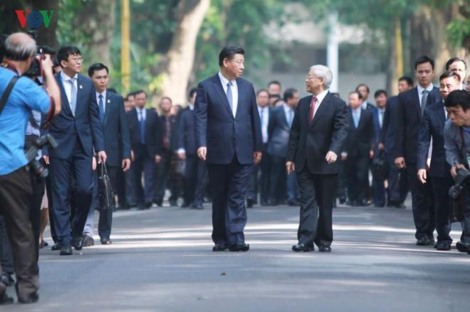Ảnh: Chủ tịch Trung Quốc Tập Cận Bình vào Lăng viếng Chủ tịch Hồ Chí Minh - Ảnh 4.