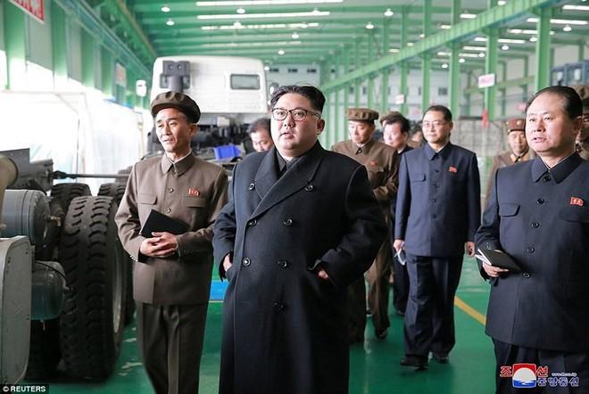 Ảnh độc: Ông Kim Jong-un tươi cười lái ngựa thép - ảnh 5