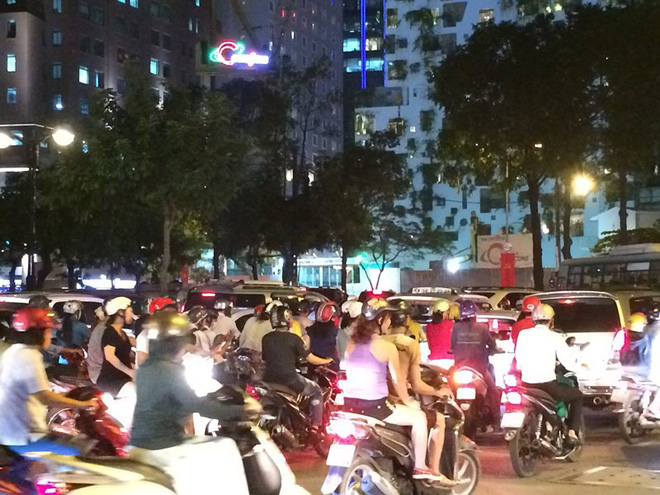 Người Sài Gòn chật vật về nhà sau cơn mưa tan tầm - Ảnh 5.