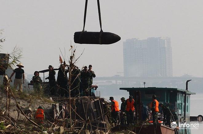 Cận cảnh quả bom ở chân cầu Long Biên nặng 1350kg vừa được huỷ nổ - Ảnh 5.