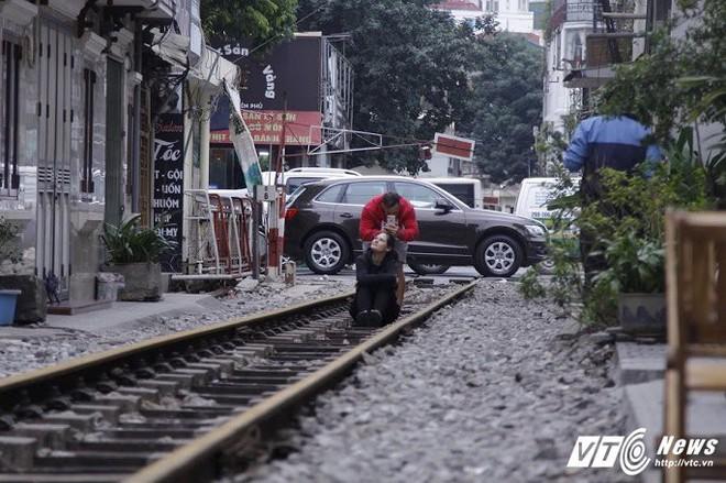 Ảnh: Khách nước ngoài thích thú ngồi uống cà phê trên đường ray tàu hỏa ở Hà Nội - Ảnh 5.