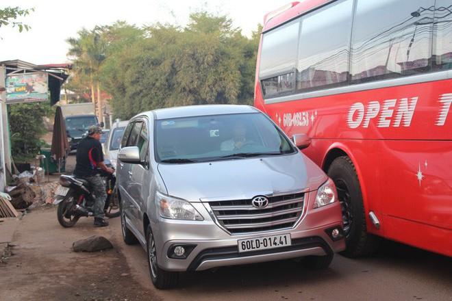 Xe né trạm BOT Biên Hòa, kẹt xe kinh khủng trong đường làng - Ảnh 4.
